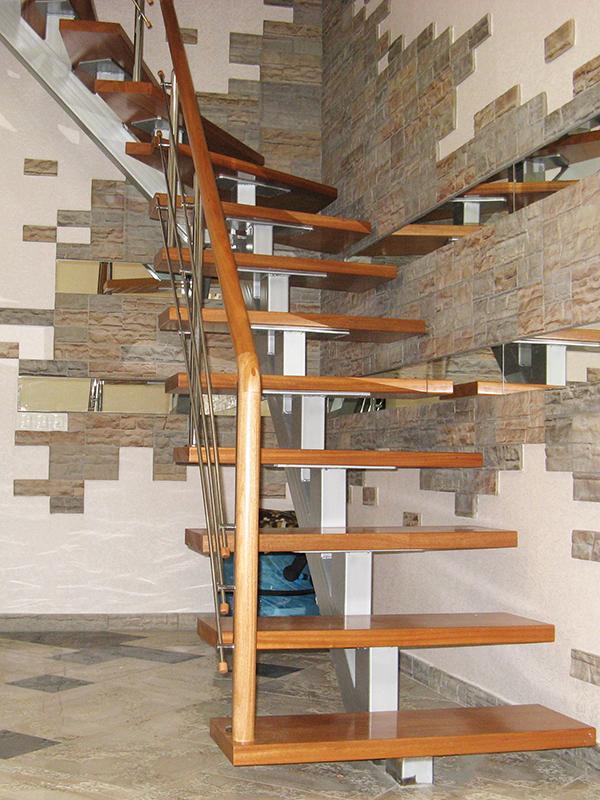 Лестница на второй этаж из профильной трубы с поворотом